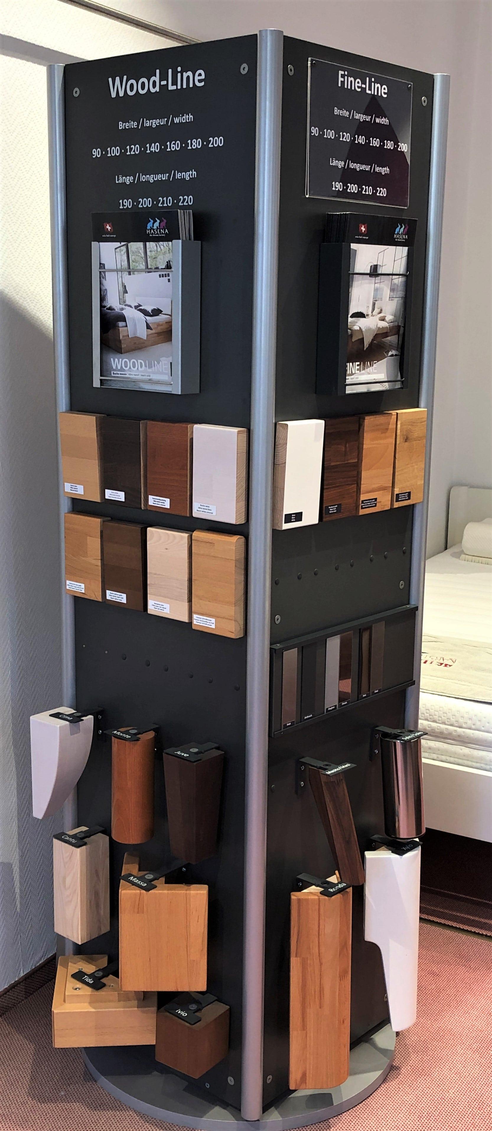 Viele verschiedene Holzarten- und Farbsamples zum konfigurieren des Bettgestells